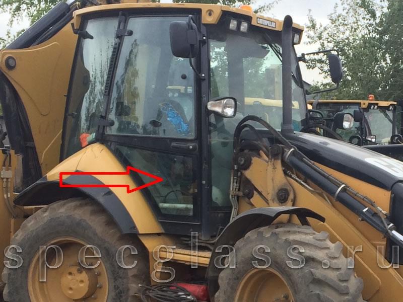 Стекло дверное правое нижнее для Caterpillar 428e / 432e / 434e / 444e / 428f / 432f / 434f / 444f