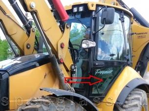 Стекло дверное левое нижнее для Caterpillar 428e / 432e / 434e / 444e / 428f / 432f / 434f / 444f
